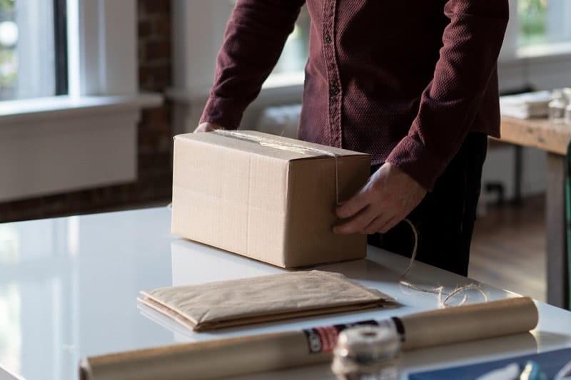 Paket beim Verpacken